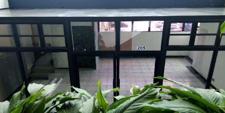 Oficina con giro comercial dentro de Edifico en Zona 10